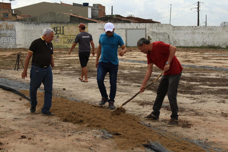 Prefeito começa instalação das mantas no campo municipal.